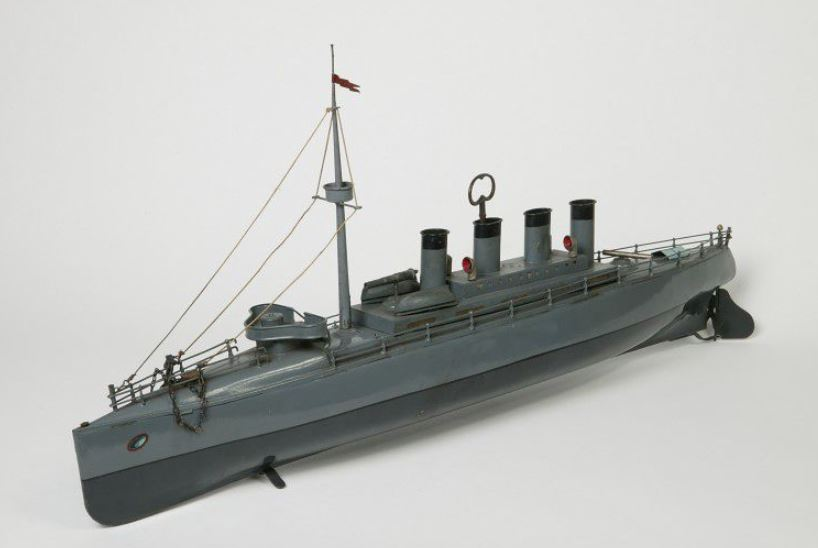 A clockwork torpedo boat made in Germany, c. 1912 1912 http://collections.vam.ac.uk/item/O88439/clockwork-toy-torpedo-gebruder-bing/